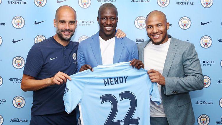 Benjamin Mendy avec son nouveau maillot de City et son nouvel entraîneur, Pep Guardiola