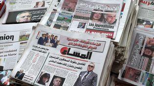 Des titres de la presse marocaine évoquant l'affaire de chantage présumé contre le roi Mohammed VI, le 29 août 2015 à Rabat (Maroc). (FADEL SENNA / AFP)