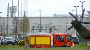 Un camion de pompiers arrive devant la prison de Condé-sur-Sarthe (Orne), le 5 mars 2019. (JEAN-FRANCOIS MONIER / AFP)