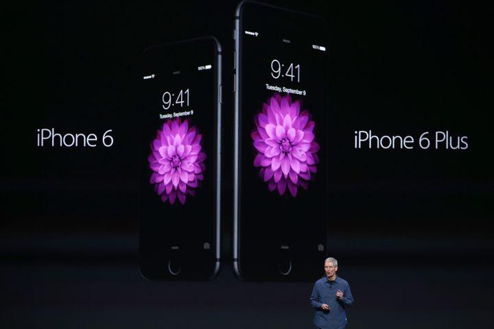 Le PDG d'Apple, Tim Cook, présente les nouveaux produits du groupe, le 9 septembre 2014 à Cupertino (Californie). (JUSTIN SULLIVAN / GETTY IMAGES NORTH AMERICA / AFP)