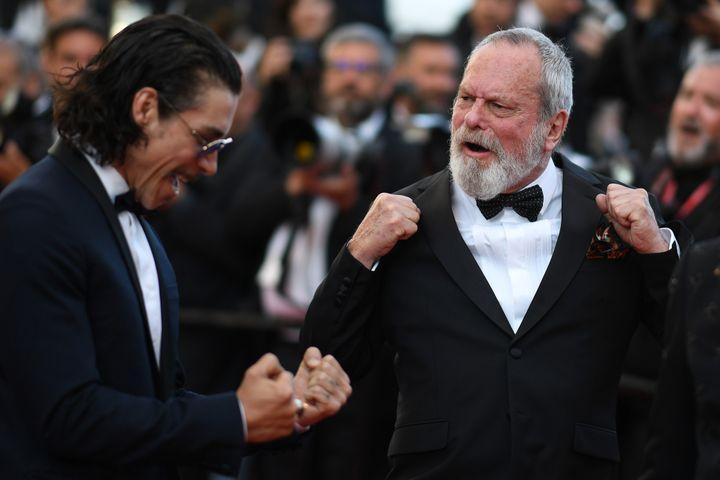 """Enfin libéré de ses chaines ! Le cinéaste britannique et ancien Monty Python Terry Gilliam, accompagné par l'acteur espagnol Oscar Jaenada, a fièrement monté les marches cannoises pour la projection de """"L'homme qui tua Don Quichotte"""".  (LOIC VENANCE / AFP)"""