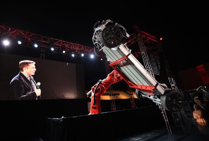 Elon Musk, présente la Tesla D, le 9 octobre 2014 à Hawthorne (Californie). (MARK RALSTON / AFP)