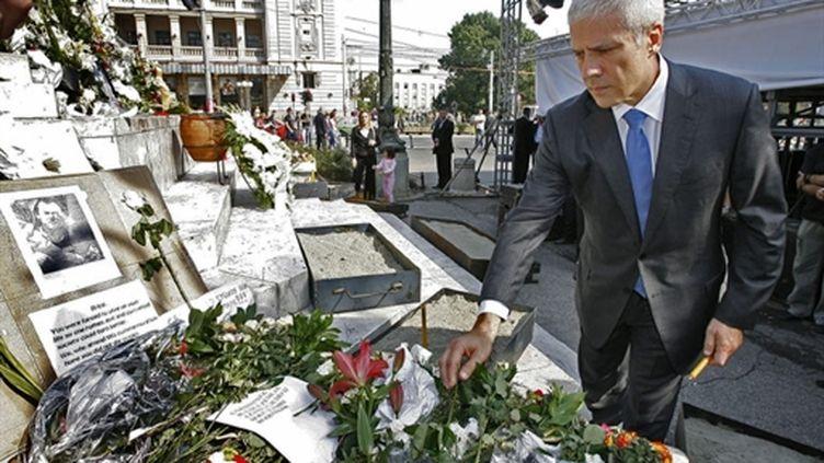Le président serbe Boris Tadic rendant hommage à Brice Taton le 1er octobre 2009 (AFP / service de presse présidentiel / Nenad Djordjevic)