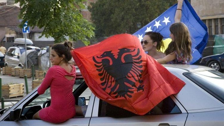 Des albanophones du Kosovo célèbrent le jugement de la CIJ à Mitrovica le 22 juillet 20190 (AFP - LAURA BOUSHNAK)