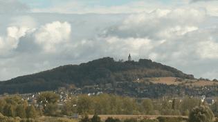 Une entreprise suisse a choisi Vesoul (Haute-Saône) pour fabriquer ses combinaisons de pilote de chasse. Elle va créer près de 300 emplois et c'est un choix politique en Suisse qui est à l'origine de cette bonne nouvelle. (FRANCE 2)
