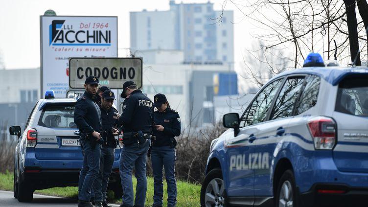 Des policiers italiens surveillent les entrées et sorties de Codogno en Lombardie, le 23 février 2020. (MIGUEL MEDINA / AFP)