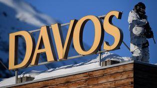 Un policier en tenue de camouflage sur un toit pendant le Forum économique où sont réunis 120 pays et 53 Chefs d'État à Davos (Suisse), le 20 janvier 2020. (FABRICE COFFRINI / AFP)