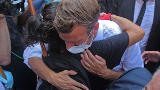 Le président Emmanuel Macron serre dans ses bras une Libanaise pendant sa visite à Beyrouth, le 6 août 2020, deux jours après l'explosion meurtrière dans le port de la capitale du Liban. (AFP)
