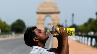 Un homme se désaltère dans une rue de New Delhi, en Inde, en pleine vague de chaleur, mercredi 27 mai 2020. (JEWEL SAMAD / AFP)