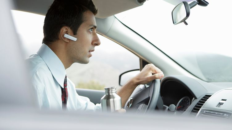 """Le Conseil national de la sécurité routièrerappelle qu'""""une conversation téléphonique, quel que soit le type de téléphonie utilisé, est un facteur de distraction"""", susceptible de provoquer des accidents. (NATALIE YOUNG / GETTY IMAGES)"""