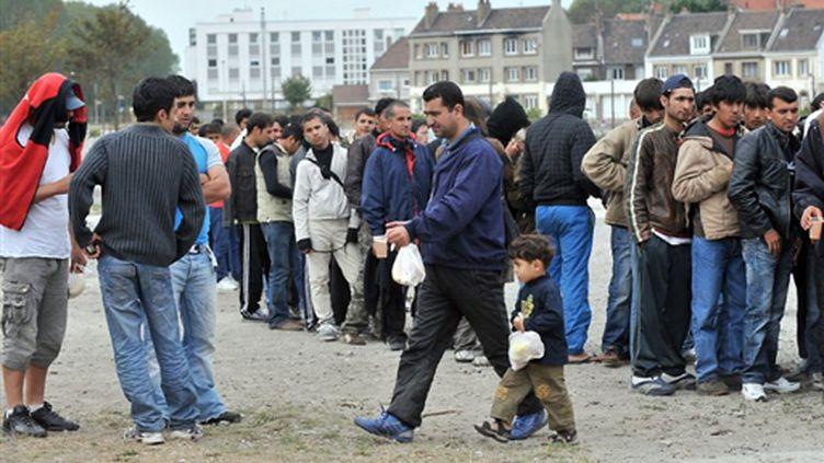 """Calais, le 28 septembre 2009, une semaine après la fin de la """"jungle"""": des migrants de retour. (© AFP/PHILIPPE HUGUEN)"""