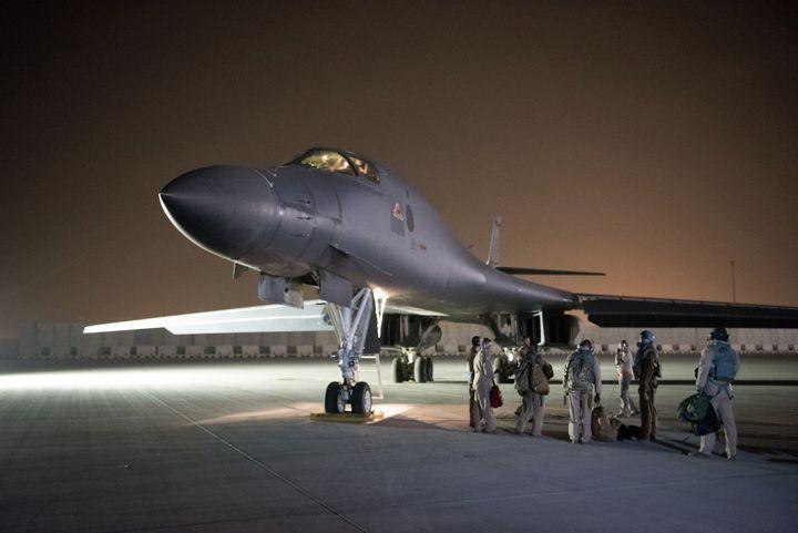 Des hommes de la US Air Force, avant le tir d'un missile depuis le Quatar, le 13 avril 2018. (JOSHUA HORTON / US AIR FORCE)