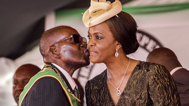 Robert Mugabe embrasse sa femmeGrace Mugabe, le 18 avril 2017, àHarare (Zimbabwe). (JEKESAI NJIKIZANA / AFP)