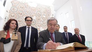 Le Secrétaire général de l'ONU, Antonio Guterres, signe le 1er avril 2019 le livre d'or du Musée national du Bardo à Tunis, où il se trouvait à l'occasion du sommet de la Ligue arabe. (FETHI BELAID / AFP)