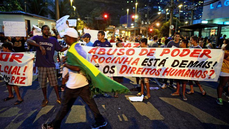 Des habitants de la favela Rocinha manifestent pour la première fois depuis le début de la vague de protestation au Brésil, le 25 juin 2013, à Rio de Janeiro. (CHRISTOPHE SIMON / AFP)
