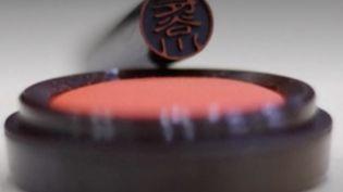 Le Japon veut faire disparaître le hanko, un tampon qui sert de signature sur toutes sortes de documents. (FRANCEINFO)