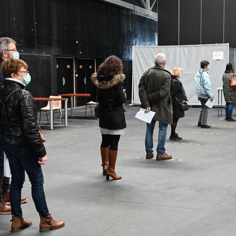 Des personnes dans une file d'attentepour untest du Covid-19, le 23 février 2021 à Dunkerque (Nord). (DENIS CHARLET / AFP)