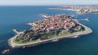 Nessebarest une cité historique de larivieraBulgare.Ses trésors, des églises byzantines et charmantes maisons de bois, sont cependant méconnues du grand public. (France 2)