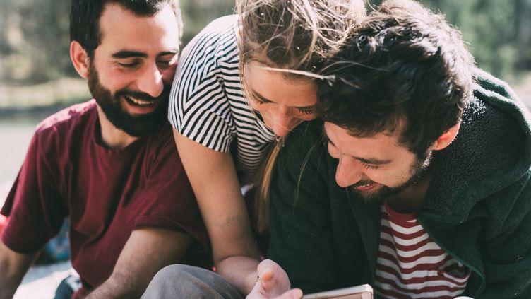 """Le polyamour, c'est une """"relation sentimentale honnête, franche et assumée avec plusieurs partenaires simultanément"""", selon le principal site français consacré au sujet. (Photo d'illustration) (EUGENIO MARONGIU / GETTY IMAGES)"""