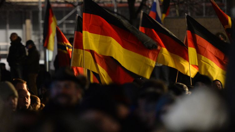 """Des sympathisants du mouvement """"anti-islamisation"""" Legida défilent à Leipzig (Allemagne), le 21 janvier 2015. (HENDRIK SCHMIDT / DPA)"""