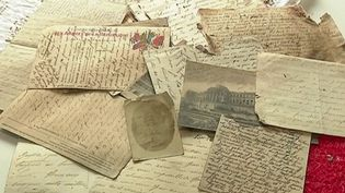 Des lettres d'amour écrites en 1916 et cachées depuis plus d'un siècle ont été retrouvées dans un appartement d'un immeuble de Redon (Ille-et-Vilaine). Un trésor épistolaire écrit par un poilu à sa famille qui a été découvert par hasard lors de travaux d'aménagement. (France 3)