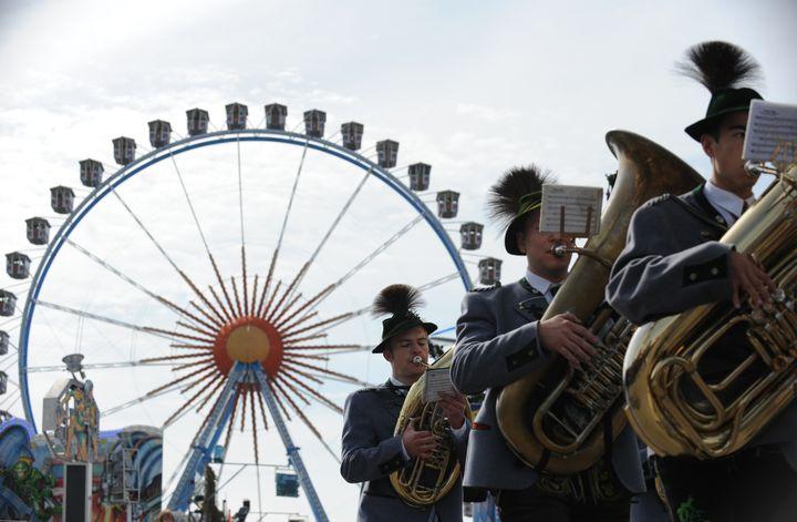 Des personnes en costumes traditionnels bavarois lors de la parade d'ouverture de l'Oktoberfest, à Munich (Bavière,Allemagne), le 21 septembre 2013. (ANDREAS GEBERT / DPA / AFP)