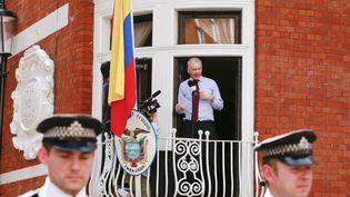 Julian Assange au balcon de l'ambassade d'Equateur, à Londres (Royaume-Uni), le 19 août 2012. (OLIVIA HARRIS / REUTERS)