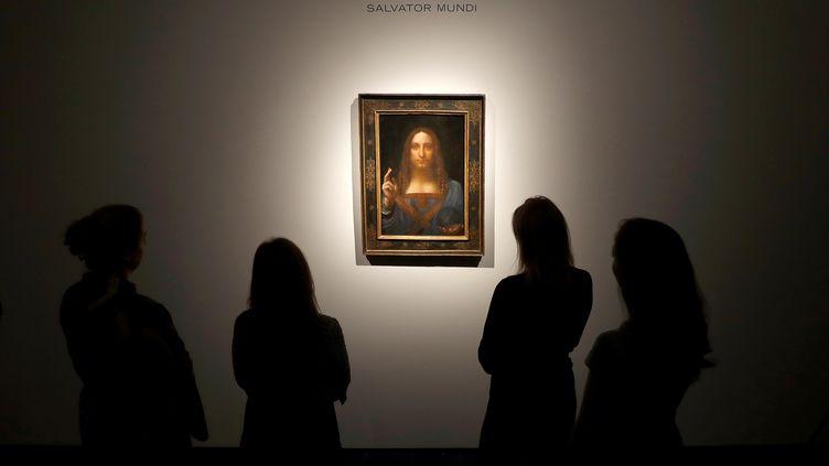 """Le tableau """"Salvator Mundi"""", exposé le24octobre 2017 à Londres (Royaume-Uni). (PETER NICHOLLS / REUTERS)"""