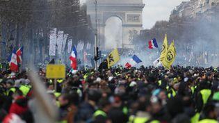 """Les Champs-Elysées à Paris ont été le théâtre de la manifestation des """"gilets jaunes"""", samedi 16 mars 2019. (ZAKARIA ABDELKAFI / AFP)"""