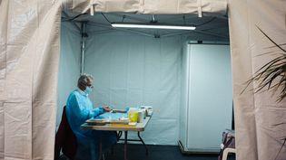 Un centre de vaccination contre le Covid-19, installé dans un boulodrome et géré par les équipes de la Fédération francaise de sauvetage et de secourisme, à Thonon-les-Bains (Haute-Savoie), le 13 avril 2021. (MARIE MAGNIN / HANS LUCAS / AFP)