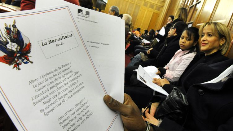Lors d'une cérémonie de remise de décrets de naturalisation, à Toulouse (Haute-Garonne), le 1er février 2012. (THIERRY BORDAS / LA DEPECHE DU MIDI / MAXPPP)