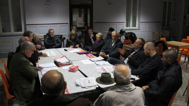 Les militants socialistes de la section 309, à Marseille, en pleine réunion hebdomadaire, le lundi 5 décembre 2011. L'occasion de débattre de tout. (SALOME LEGRAND / FTVi)