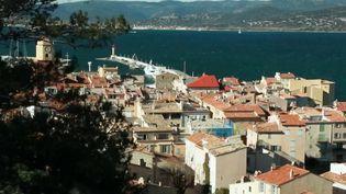 Saint-Tropez est un petit port de pêche devenu le symbole de la jet-set. Loin des paillettes, le feuilleton du 13 Heures vous emmène dans le Saint-Tropez authentique, avec ses 5 000 habitants. (France 2)