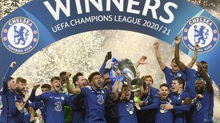 Les joueurs de Chelsea soulèvent la Ligue des Champions à Porto, le 29 mai 2021. (PIERRE PHILIPPE MARCOU/AP/SIPA / SIPA)