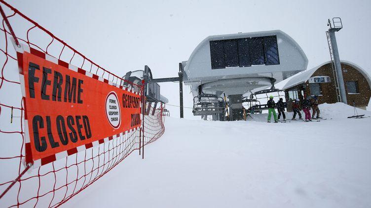 Une piste fermée dans la station des Deux-Alpes (Isère), jeudi 14 janvier, au lendemain de l'avalanche qui a couté la vie à trois personnes. (SEBASTIEN NOGIER / EPA / AFP)