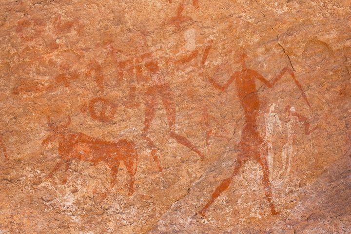 Peinture rupestre remontant à 7 000 avant J.-C., plateau du Tadrart dans le Sahara algérien. (SEUX PAULE / HEMIS.FR)