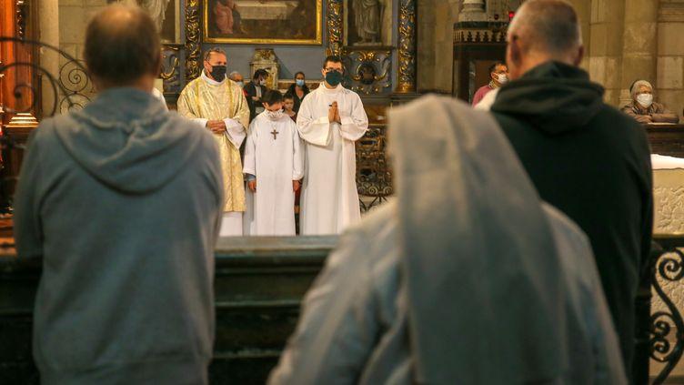 La messe de la Toussaint à la cathédrale Saint-Apollinaire de Valence (Drôme), le 1er novembre 2020. Les célébrations de la Toussaint ont été tolérées au début du deuxième confinement en France. (NICOLAS GUYONNET / HANS LUCAS / AFP)