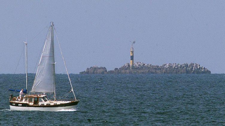 Un voilier passe le 25 juin 2000 dans la baie de St-Brieuc (Bretagne), non loin du l'endroit où le bateau du docteurGodard a disparu, début septembre 1999. (MARCEL MOCHET / AFP)