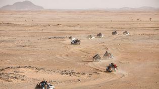 """Au Niger,chaque semaine, plus de 100 voitures chargées de jeunes Nigériens et Africains de l'Ouest traversent l'immense désert du Ténéré et affrontent tous les dangers afin de se rendre en Libye.Avec l'autorisation de Pascal Maitre / National Geographic.Reportage publié par """"National Geographic Magazine"""" (juillet 2019). (PASCAL MAITRE / NATIONAL GEOGRAPHIC)"""