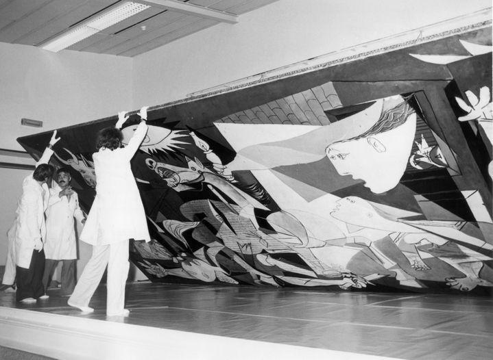 """Installation de """"Guernica"""" au Casón del Buen Retiro (musée du Prado) à Madrid le 16 octobre 1981  (EFE /Newscom / MaxPPP)"""