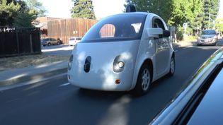 Un prototype de voiture autonome Google dans une rue de Mountain View (Californie, Etats-Unis), le 6 novembre 2015. (CHRISTIANE HUEBSCHER / DPA / AFP)