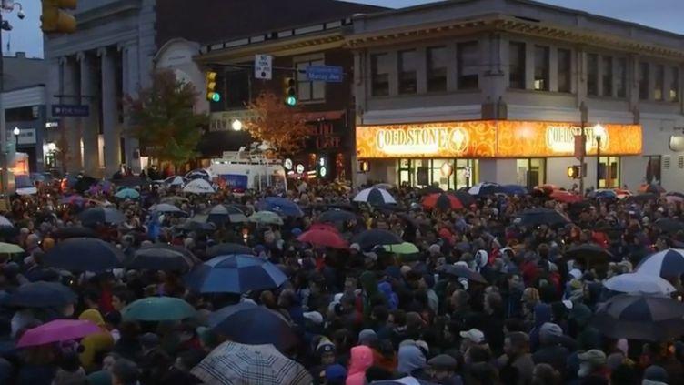 Des habitants de Pittsburgh (Pennsylvanie,États-Unis) se recueillent non loin de la synagogue prise pour cible lors de l'attaque antisémite survenue samedi 27 octobre. (FRANCE 2)