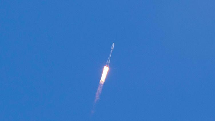 Un vaisseau spatial Soyouz décolle de la station spatiale de Kourou, en Guyane, le 18 mai 2017. (JODY AMIET / AFP)