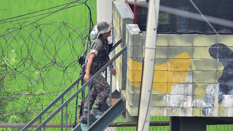 Des soldats sud-coréens montent sur un tour de contrôle à la frontière (JUNG YEON-JE / AFP)