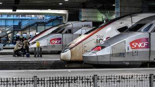Des TGV en gare Montparnasse, à Paris, en janvier 2020. (STEPHANE DE SAKUTIN / AFP)
