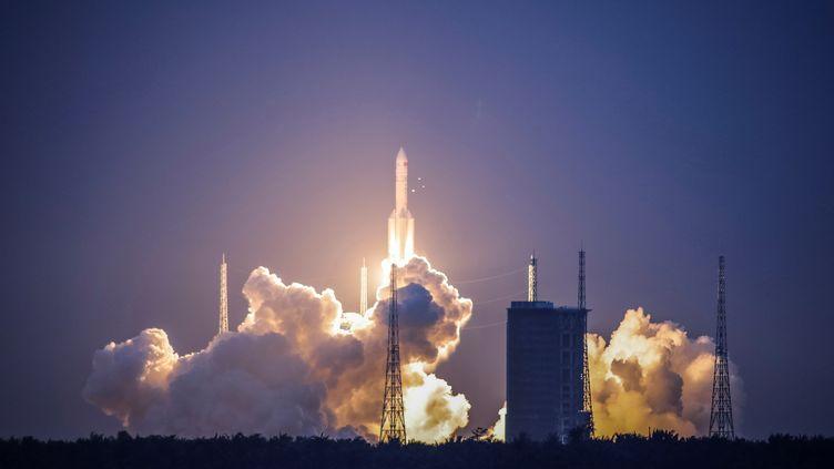 """Ce type de fusée, la """"Longue Marche-5 Y2"""", est censée acheminer une sonde sur la Lune cette année et en revenir avec des échantillons. (REUTERS)"""