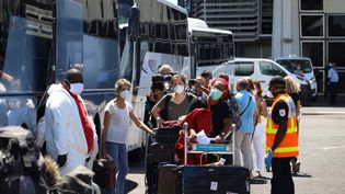 Des voyageurs à leur arrivée à Saint-Denis (Réunion), le 31 mars 2020. (RICHARD BOUHET / AFP)