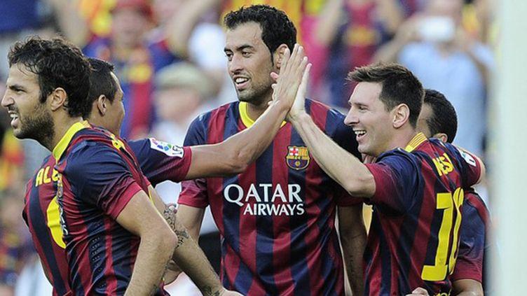 Lionel Messi, félicité par ses coéquipiers, a fait beaucoup de mal à la défense de Levante. (JOSEP LAGO / AFP)