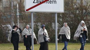 Des personnes enveloppées de couvertures quittent l'aéroport de Zaventem, près de Bruxelles, lieu dedeux explosions mardi 22 mars 2016. (FRANCOIS LENOIR / REUTERS)