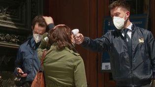 Les visites ont repris à la cathédrale de Florence (Italie). Les personnes doivent par contre se munir d'un collier avec un boîtier sonore qui les alerte quand elles sont trop proches l'une de l'autre. Une manière de garantir les distanciations nécessaires durant cette épidémie de coronavirus. (FRANCE 2)